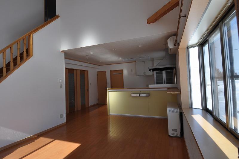 自然落雪式高床住宅。リビングは吹き抜け。開放感のある優良物件でした。