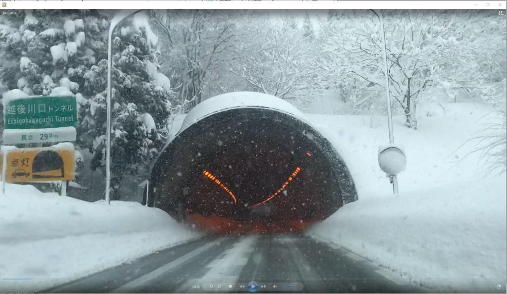 冬の関越道川口トンネル