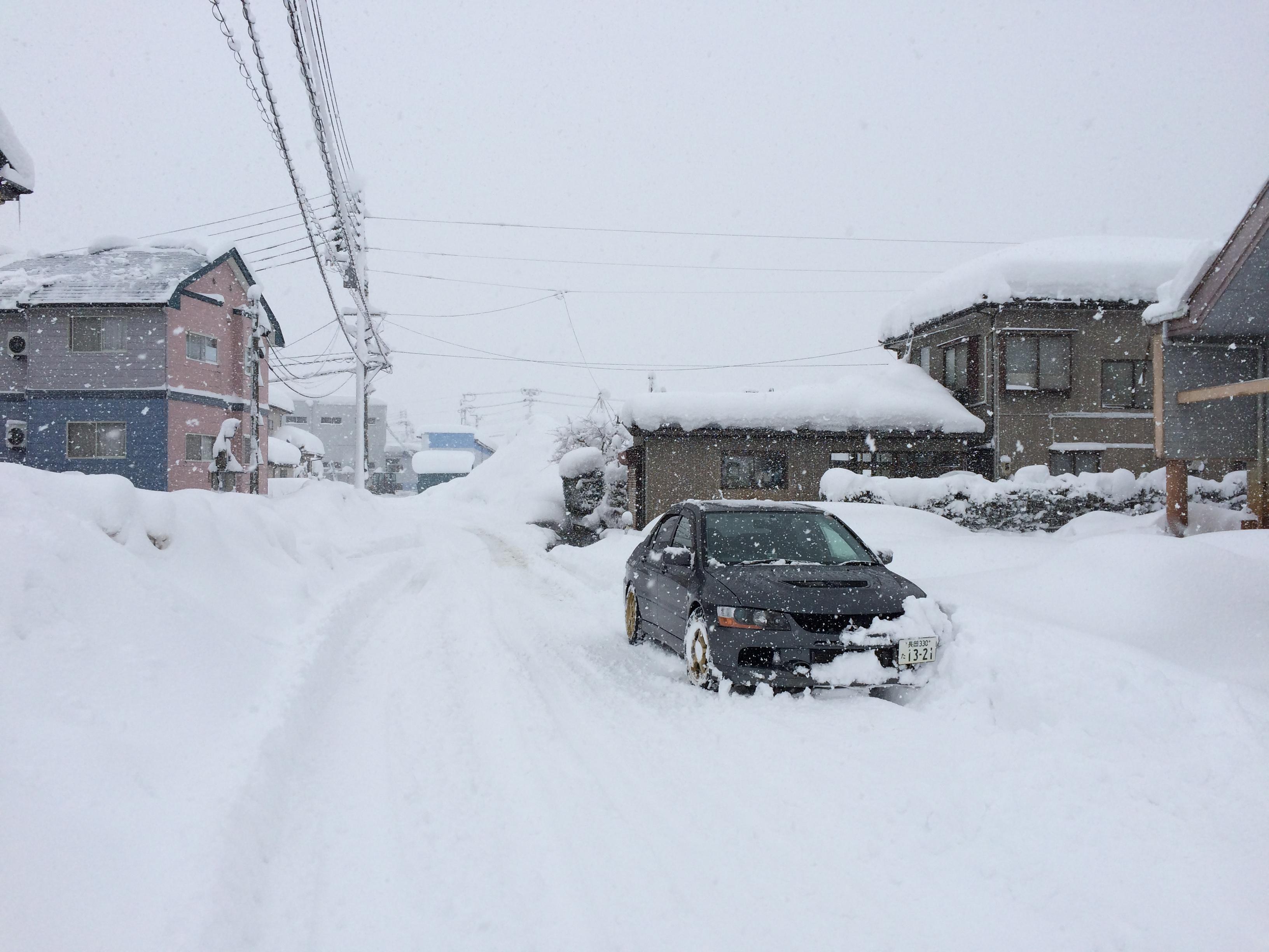 豪雪の朝。全員総出で雪かき。長岡市美沢4丁目。86
