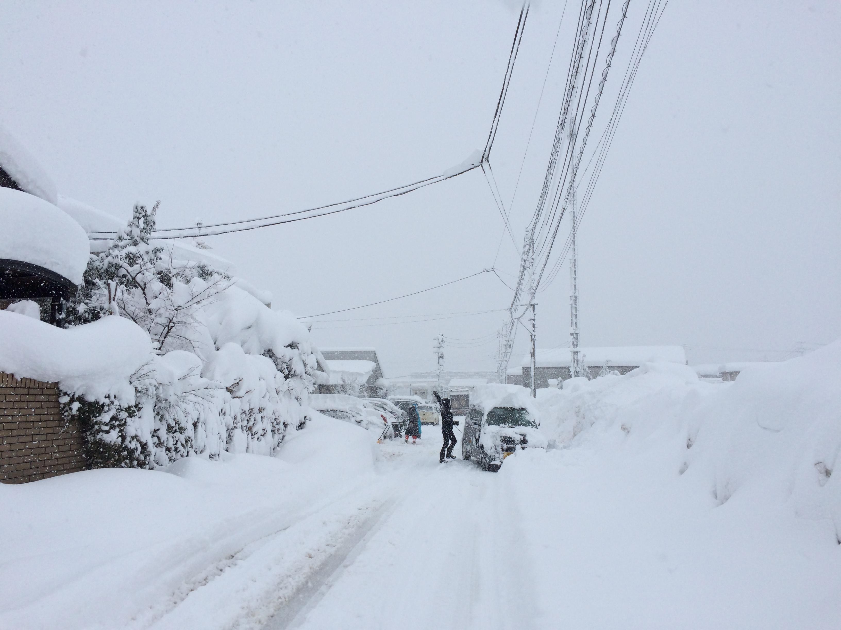 豪雪の朝。全員総出で雪かき。長岡市美沢4丁目。01