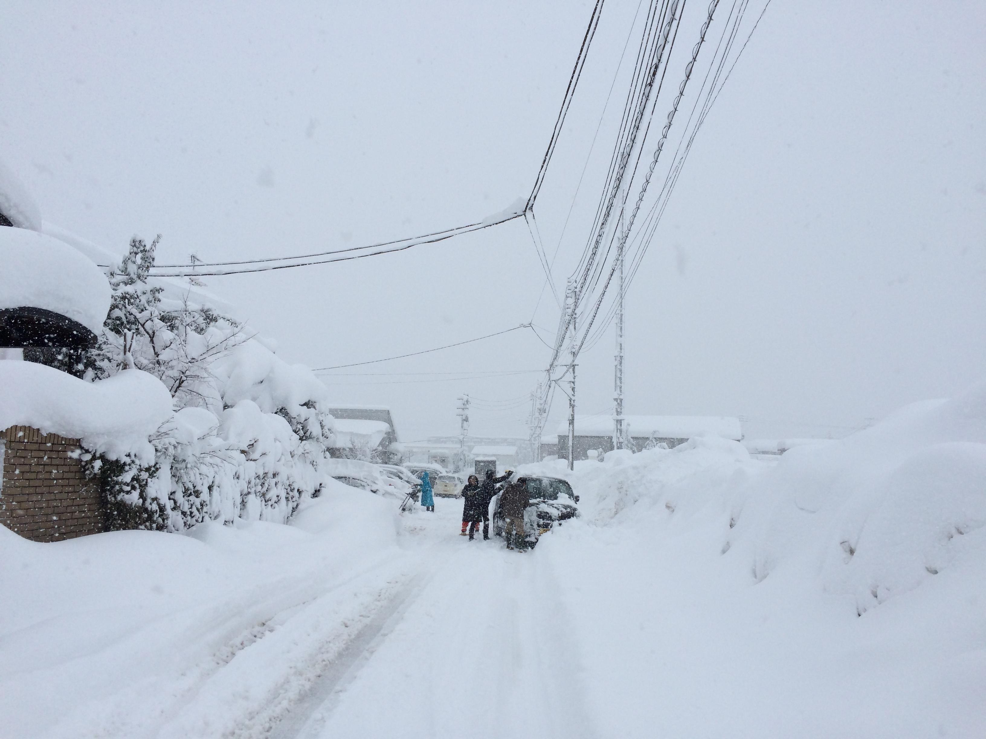 豪雪の朝。全員総出で雪かき。長岡市美沢4丁目。03