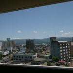 階層が違うのでやや景観は違いますが、東山連峰が一望できます。